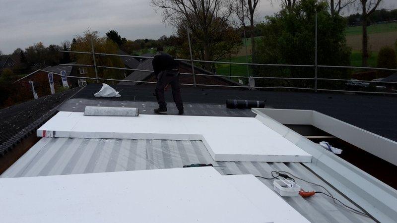Platte daken aanbrengen nieuw dak dakisolatie bedrijfshal in